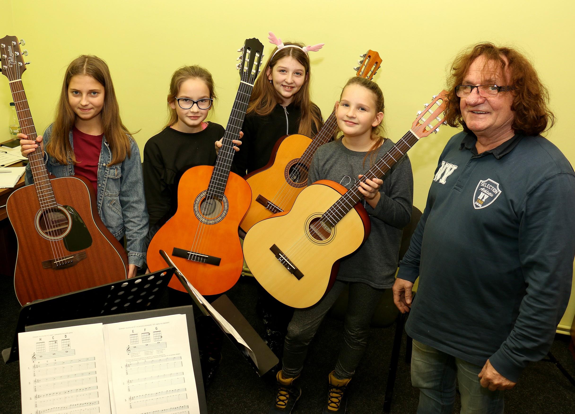 Grupa ucząca się gry na gitarze
